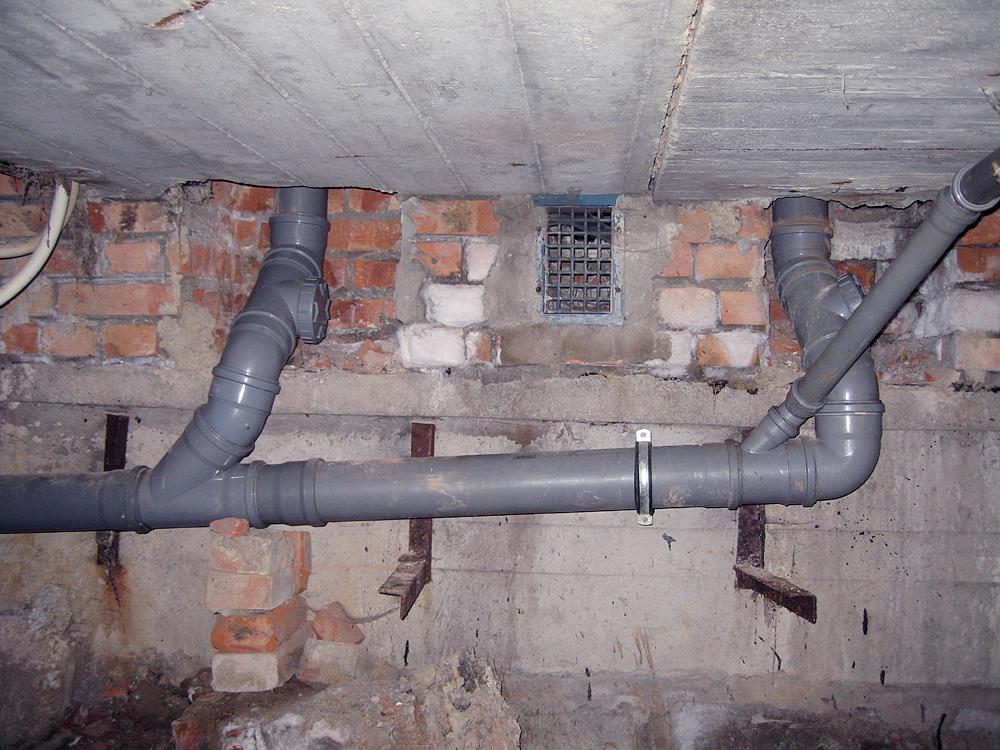 Монтаж канализационной трубы в частном доме